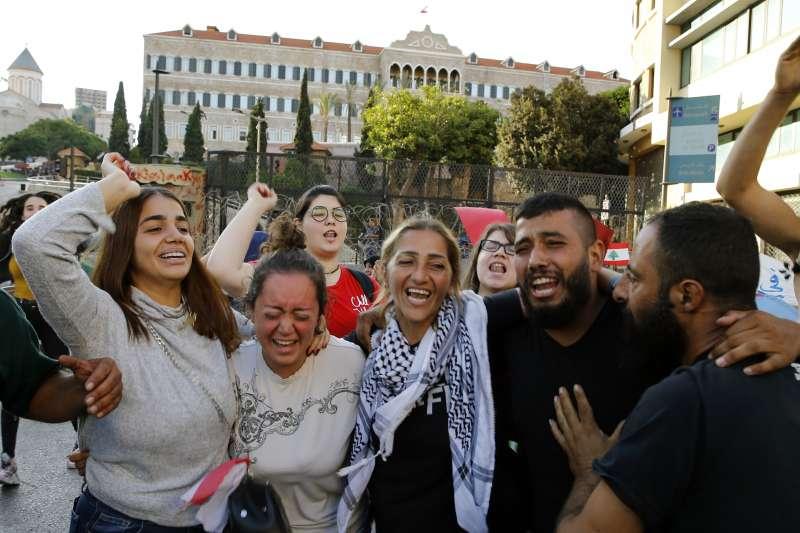 黎巴嫩示威:示威群眾慶祝黎巴嫩總理哈里里宣布下台(AP)
