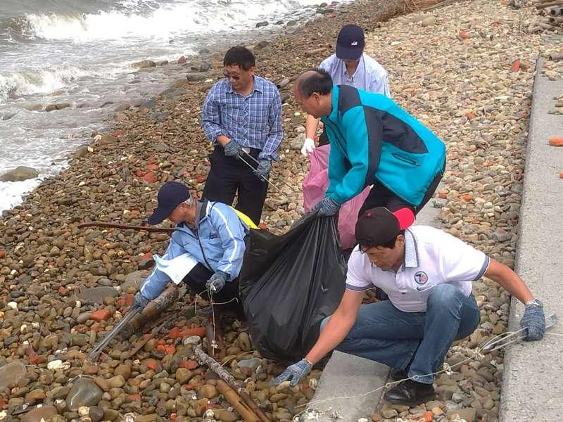 台糖董事長陳昭義(前排左)以身作則,在強風中撿拾海岸垃圾。(圖/徐炳文攝)