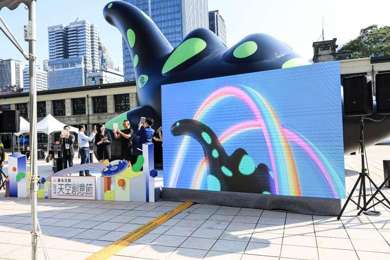 從12公分大的草圖到12公尺高的藝術裝置,《傷口裡的光》以黑身青斑點的蛇頸龍為主角,結合AR技術互動體驗,讓民眾能觀賞也能玩!(圖/臺北文創)
