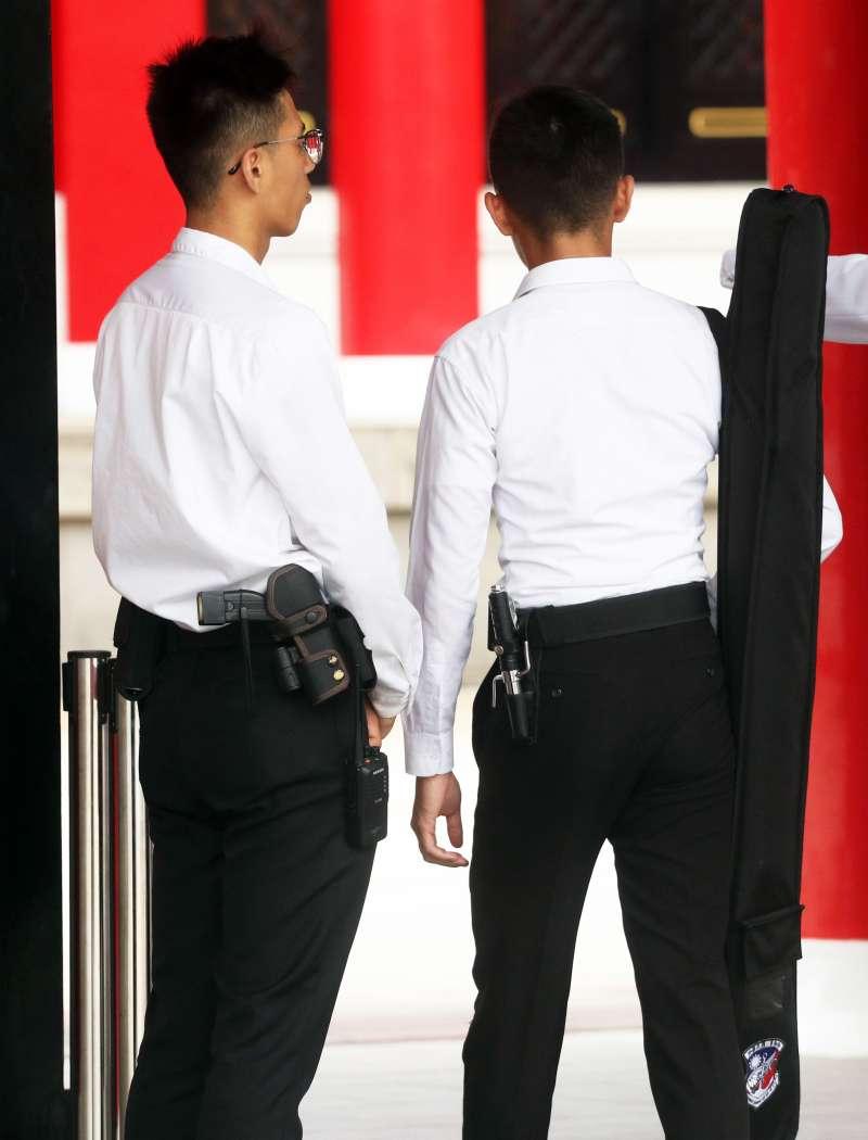 20191030-三軍儀隊在近年歷經多次駐防點遭抗議的情況後,便衣人員隨身裝備有所調整,部分攜帶密錄器,亦有駐忠烈祠等處者裝備電擊槍(左),以因應高風險危安情況發生。(蘇仲泓攝)