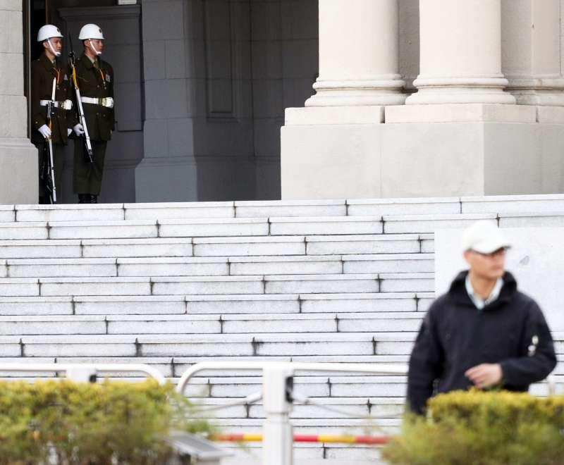 20191030-總統府正門憲兵是國軍除儀隊外,另一支上哨攜帶M1步槍的單位,不過總統府前一線乃至於進入府內後,一路上崗哨眾多,安全維護的概念亦有相當差異。(蘇仲泓攝)