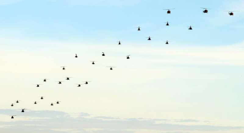 20191030-陸軍30日舉行UH-1H直升機及UH-60M「黑鷹」直升機的除役暨成軍典禮,29架各型直升機的空中編隊通過觀禮台。(蘇仲泓攝)