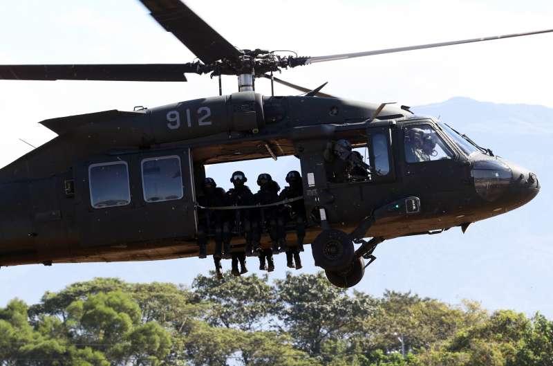 20191030-搭載特戰官兵的UH-60M「黑鷹」直升機。(蘇仲泓攝)
