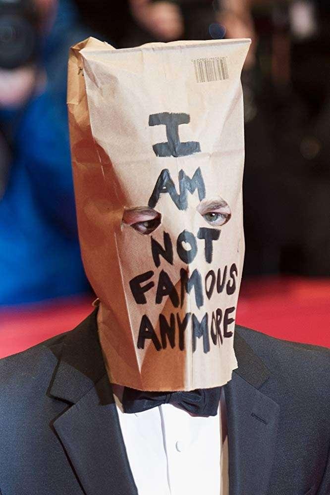 2014年,李畢福在柏林影展紅毯上頭戴紙袋,寫著「我已過氣(I AM NOT FAMOUS ANYMORE)」(圖/IMDb)