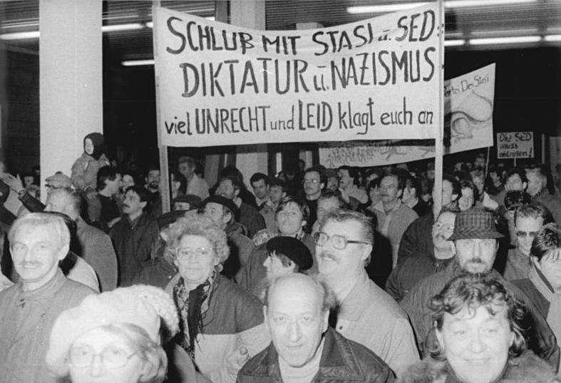 1990年1月15日,東柏林民眾衝進史塔西總部,阻止探員銷毀檔案。(Bundesarchiv, Bild 183-1990-0116-013@Wikipedia / CC BY-SA 3.0)