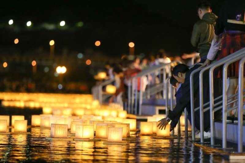 圖說:施放水燈由於緊鄰河邊,必須遵照工作人員的指示,避免發生危險(圖/風傳媒)