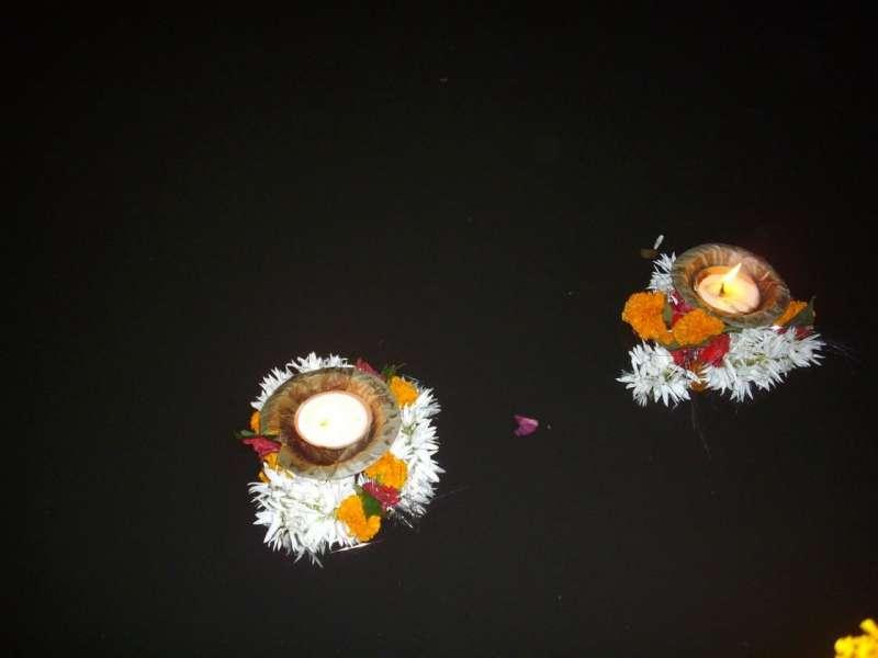 印度恆河以鮮花砌成的水燈(圖 /Rudolph.A.furtado@wikipedia)