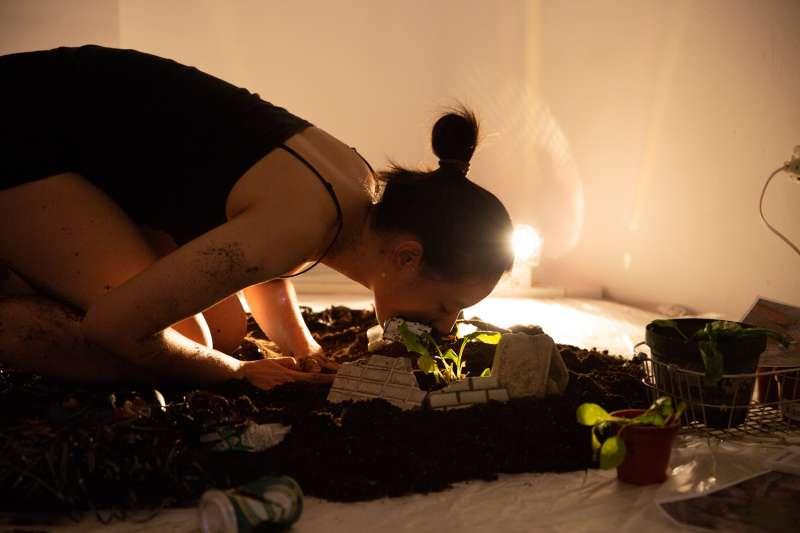 巧克力與玫瑰工作室的《拆除中:河床、樹、菩薩與撿骨師》,是紀錄南鐵地下化過程的一系列藝術行動,獲得今年度藝穗的最大獎。 (圖/臺北表演藝術中心提供)