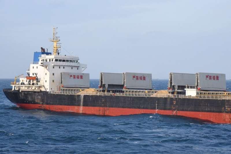 20191031-海巡署艦隊分署上周亦會同澎湖縣政府,聯合取締中國抽砂船,其中一艘為2萬噸級的「長鑫36」抽砂、運砂船。(澎湖縣府提供)