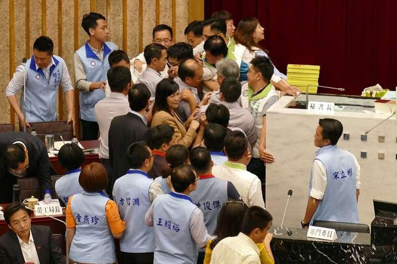 10月31日,高雄市議會為市長韓國瑜請假參選却要預算交付審查大打出手。(高雄市議會臉書)