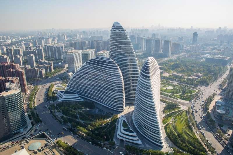 北京的「望京SOHO」是SOHO中國最著名的商辦項目,也在此次潘石屹預定出售的「八大金剛」清單之列。(圖片來源:SOHO中國)