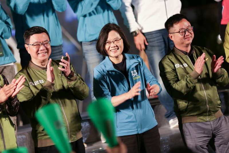 20191101-民進黨主席卓榮泰(左至右)、總統蔡英文、秘書長羅文嘉1日出席民進黨青年競總開幕『給台灣的一封信,為台灣加油-與總統談心之夜』。(簡必丞攝)