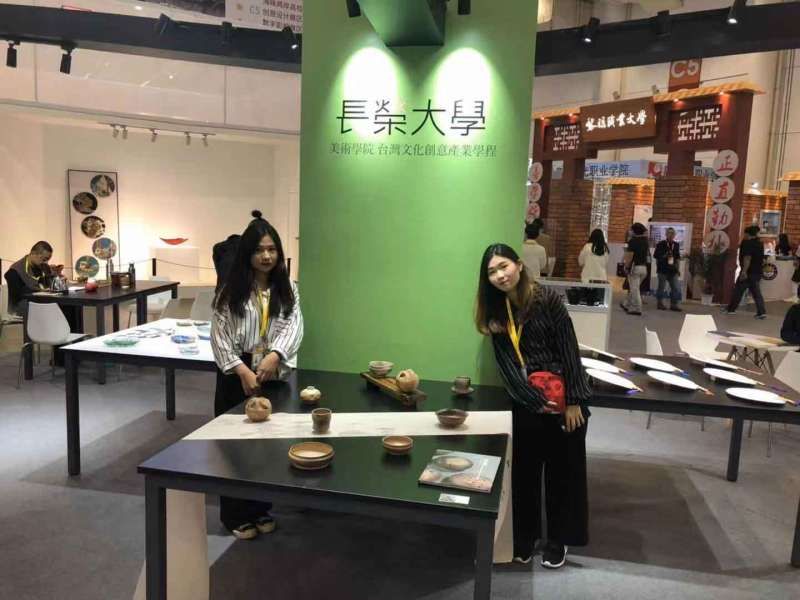 長榮大學美術學院參展柴燒精品、琉璃作品。(圖/楊經緯攝)
