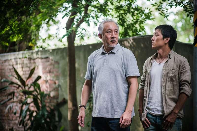 張作驥電影《那個我最親愛的陌生人》劇照,左起張曉雄、劉承恩。(海鵬影業提供)