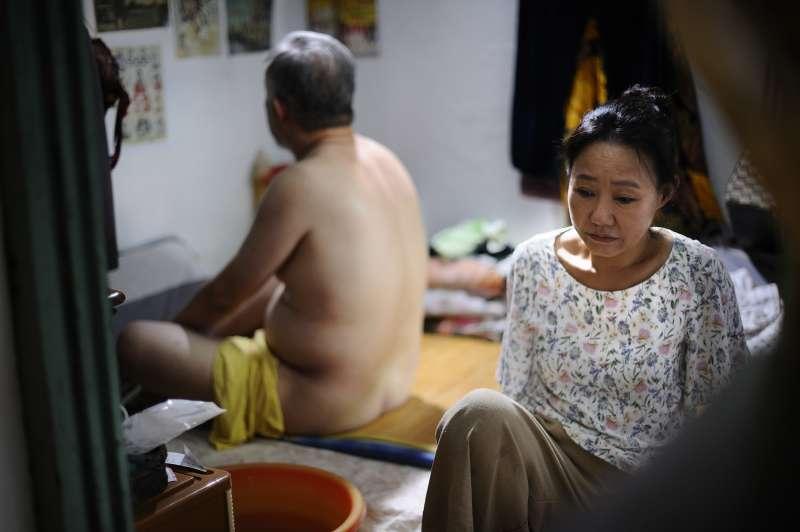 張作驥電影《那個我最親愛的陌生人》劇照,左起張曉雄、呂雪鳳。(海鵬影業提供)