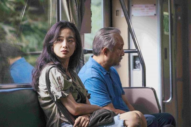 張作驥電影《那個我最親愛的陌生人》劇照,左起李夢、張曉雄。(海鵬影業提供)