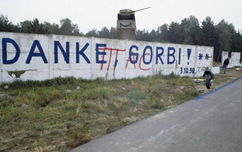 1990年,柏林圍牆上的塗鴉標語寫著:「謝謝,戈比(Gorbi,戈巴契夫的暱稱)!」(RIA Novosti archive@Wikipedia/CC BY-SA 3.0)