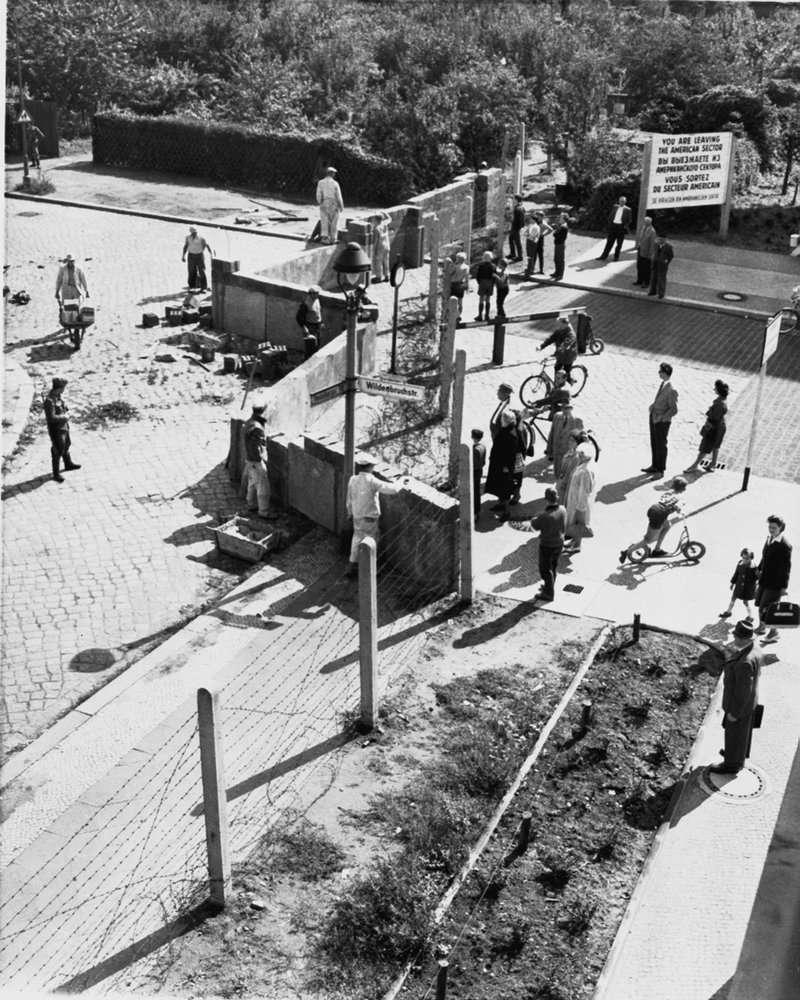 1961年,東德政府開始在西柏林邊界修築柏林圍牆。(AP)