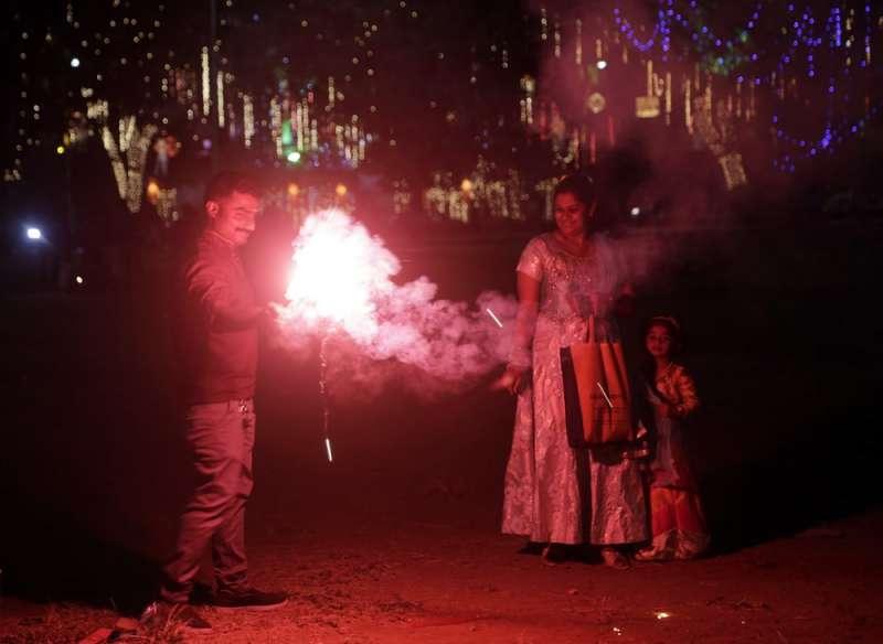 排燈節是印度重要節日,許多民眾會點燈放鞭炮慶祝。(AP)