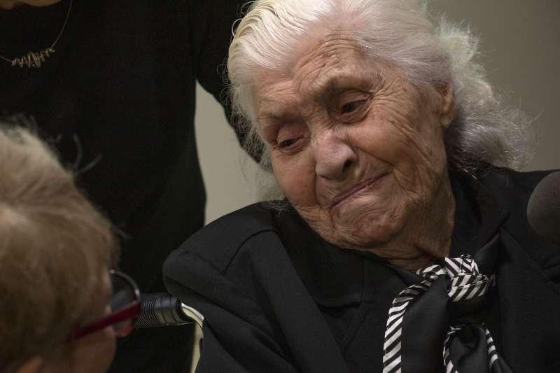 蒂娜握緊2位姐弟的手,表示這次會面讓她未來可以「平靜地死去」。(AP)