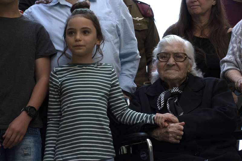 這是蒂娜與莫迪凱(Mordechai)家族後代第一次見面,其中包括綁著馬尾的小學生。(AP)