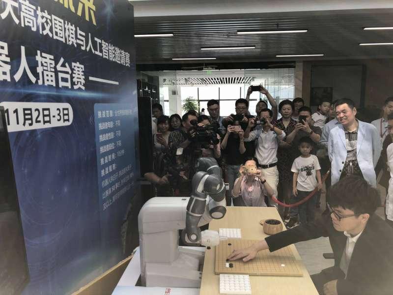 大陸棋王柯潔首次以清華學生身份亮相並挑戰機器人。(圖/楊經緯攝)