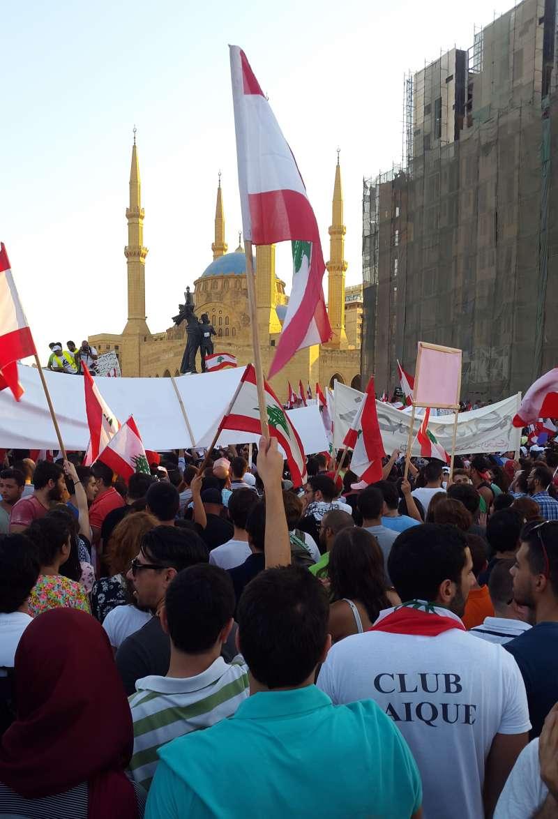 2015年黎巴嫩抗議,最初抗議的起因是在7月時,當局關閉了垃圾掩埋場之後,垃圾無法有效處理的問題形成危機,並蔓延到全國。(取自維基百科)