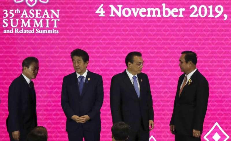 東協峰會3日在泰國登場,(左起)南韓總統文在寅、日相安倍、中國總理李克強、泰國總理帕拉育、越南總理阮春福正在準備合照。中日關係。(美聯社)
