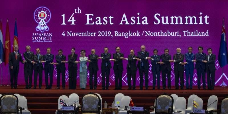 東協峰會3日在泰國登場,所有與會的領導人擺出傳統的拉手姿勢合照。(美聯社)