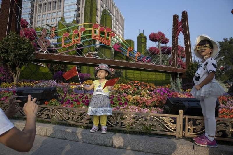 中國生育率急速下降。(AP)