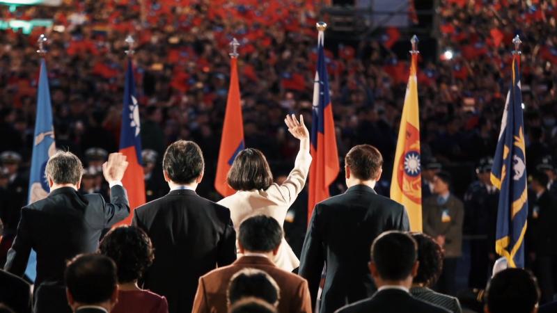 20191104-總統蔡英文連任辦公室4日推出政績宣傳影片《關心台灣》。影片最後一幕停留在蔡英文在講台的背影,台下滿是揮舞著國旗的群眾。(取自蔡英文競辦《關心台灣》影片截圖)
