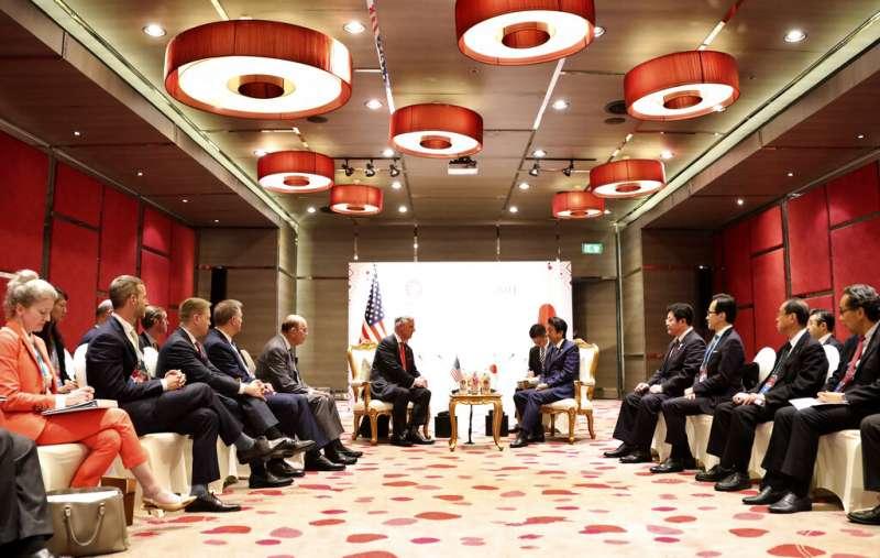 白宮國家安全顧問歐布萊恩與日本安倍晉三在東協峰會期間會面。(美聯社)