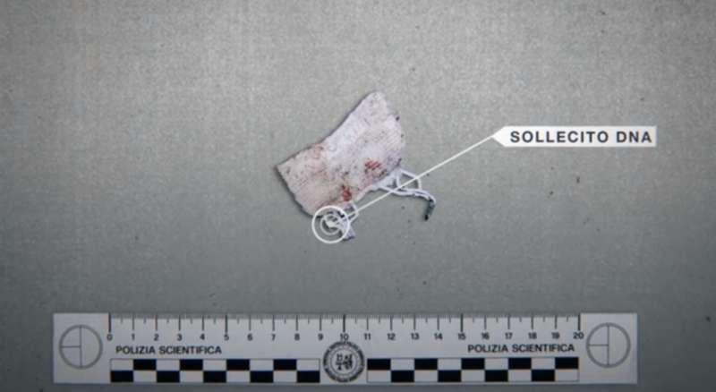 時隔46天在案發現場找到的內衣扣,上面為拉菲爾指紋。(圖/Netflix)