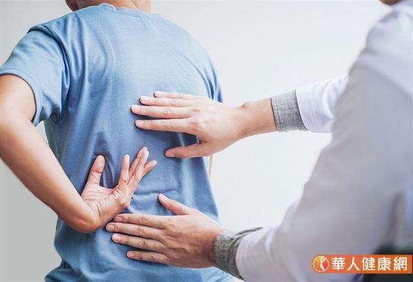 頭部外傷或撞傷留下的瘀滯,沿著上焦的膀胱經往下堵滯到中焦「膏肓穴」的共振。(圖/華人健康網)
