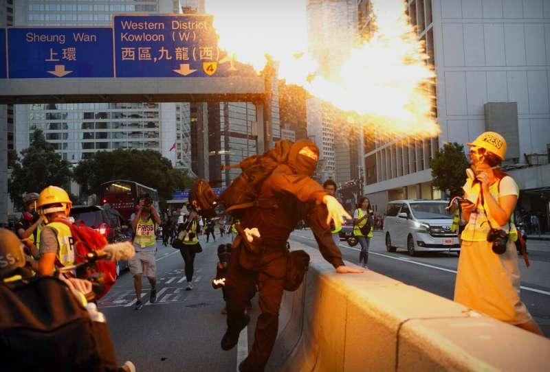 香港一位抗議者投擲汽油彈。(美聯社)