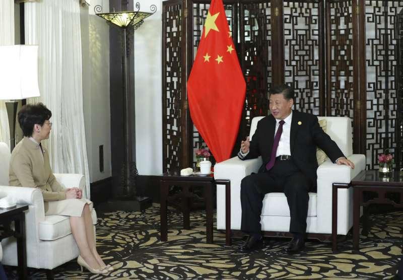中國國家主席習近平接見香港特首林鄭月娥。(美聯社)