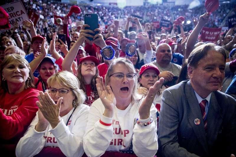 川普周末前往密西西比州土佩洛(Tupelo)進行造勢,抱怨民主黨發起的彈劾案,呼籲「憤怒多數」起身反抗。(AP)