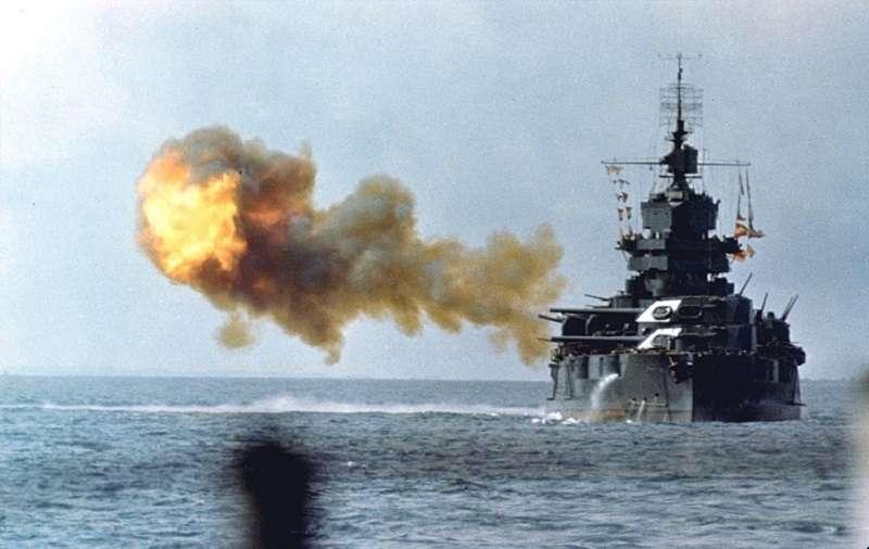 「新墨西哥級」BB-42 愛達荷號戰艦砲彈於1945年4月1日炮轟沖繩島。(維基百科)