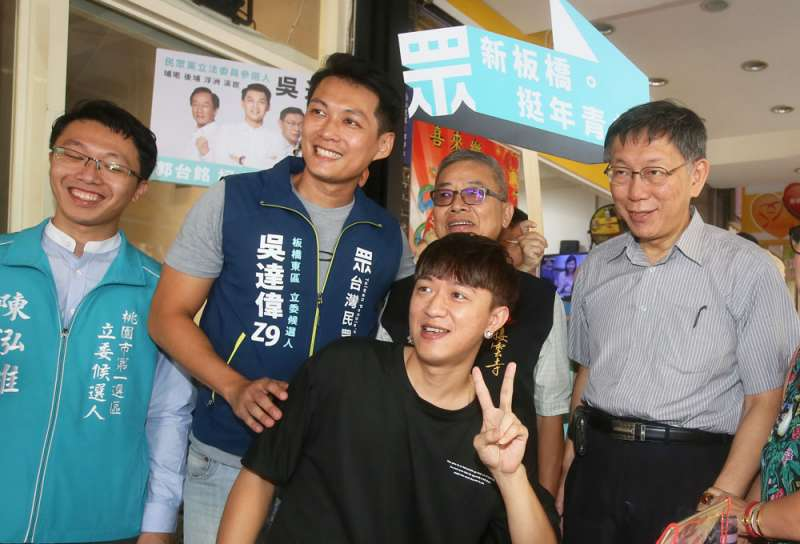 投入新北市立委選戰的「PTT神龍」吳達偉(左二),希望能為民眾黨爭取青年選票。(柯承惠攝)