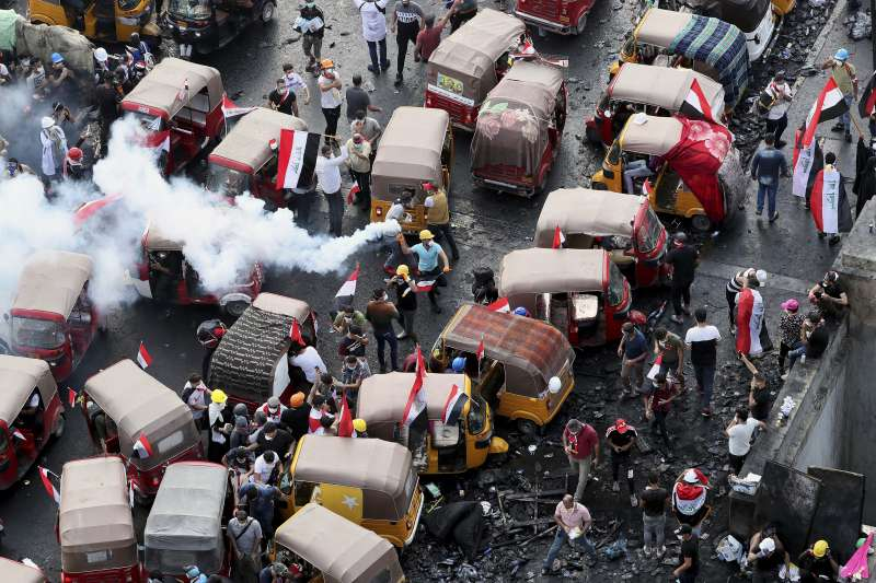 伊拉克的三輪「嘟嘟車」(Tuk Tuk),在示威運動中發揮強大的救援與後勤角色。(AP)