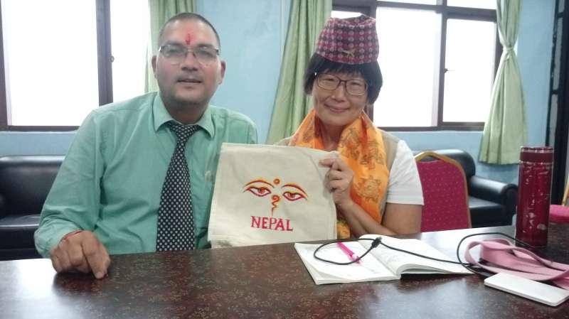 曼莫漢紀念醫院行政主管Ram說明尼泊爾與台灣部份醫院的合作。圖/作者提供