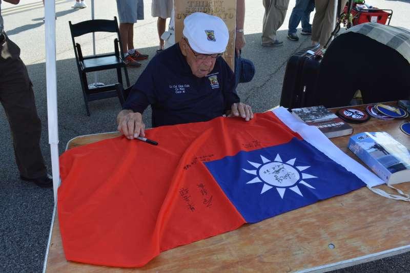 2016年,筆者在美國出席飛虎成軍75周年的活動上見到了老科爾,當時他的健康狀況已經不好,但是看到中華民國國旗的時候仍然眼神為之一亮,並爽快的答應在上面簽名。(作者提供)