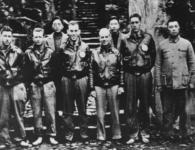 這張照片在《決戰中途島》的片尾中有秀出,後方從左算起第一人就是本篇文章的英雄賀揚靈。前方從左算起第三人是副駕駛科爾,第四人就是杜立德。(作者提供)