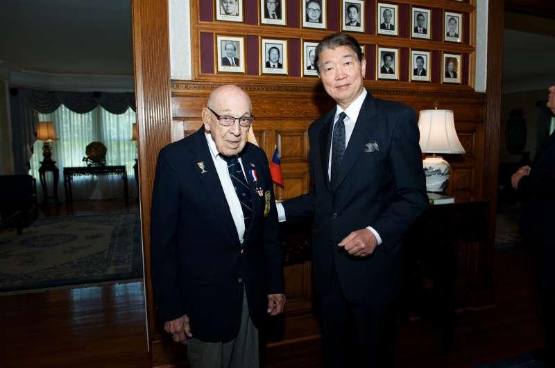 2015年5月19日,中華民國駐美大使沈呂巡先生在華府雙橡園作東宴請杜立德的副駕駛老科爾。(作者提供)