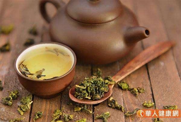 除了咖啡、菸酒外,其實國人喜愛的茶類飲品也含有咖啡因、茶鹼的存在,容易刺激胃酸的分泌。 (圖/華人健康網)