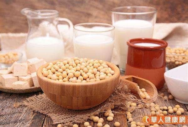 黃豆和豆漿、豆腐、豆干等豆類製品嘌呤含量高,有刺激胃酸分泌的作用,吃多易造成胃壁刺激。 (圖/華人健康網)