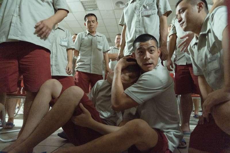 意外入獄的張孝全、王柏傑相當照顧周洺甫,但對沒被捕入獄的章立衡產生嫌隙。(圖/甲上提供)