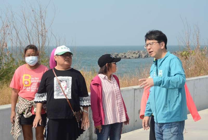 立委邱志偉(右一)強調,茄萣海堤的整建歷經許多溝通協調,逐步把美麗的海岸線打造出來,讓他也非常開心。(圖/徐炳文攝)