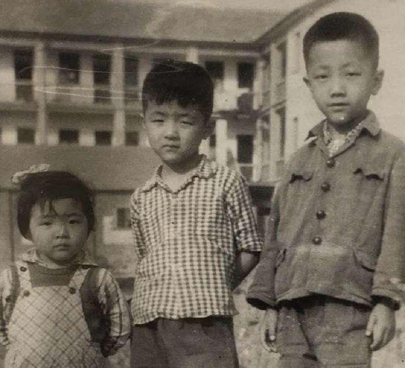 右起:鄔玉田與尹儒的外孫馮斌、孫子鄔翔、孫女鄔冰心。(作者提供)