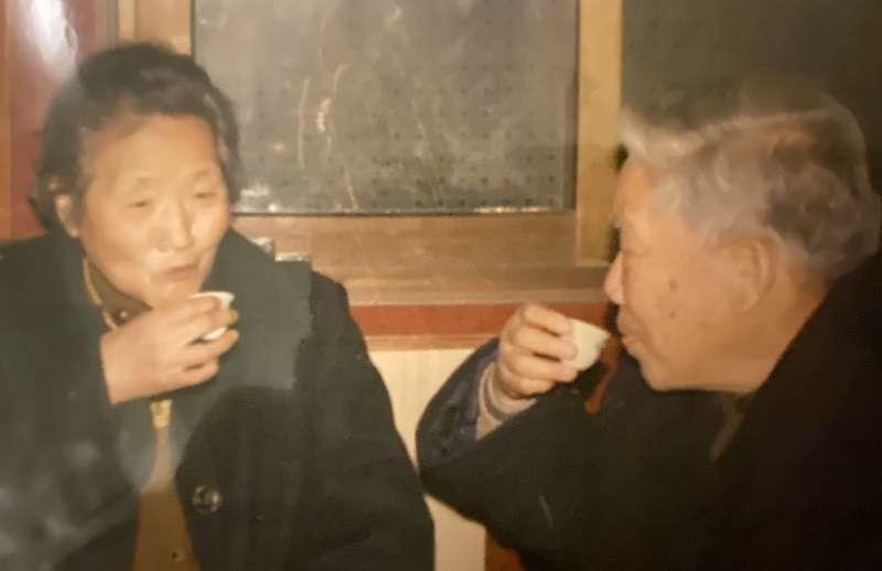 尹儒與尹元甲「姐弟對飲」。(作者提供)
